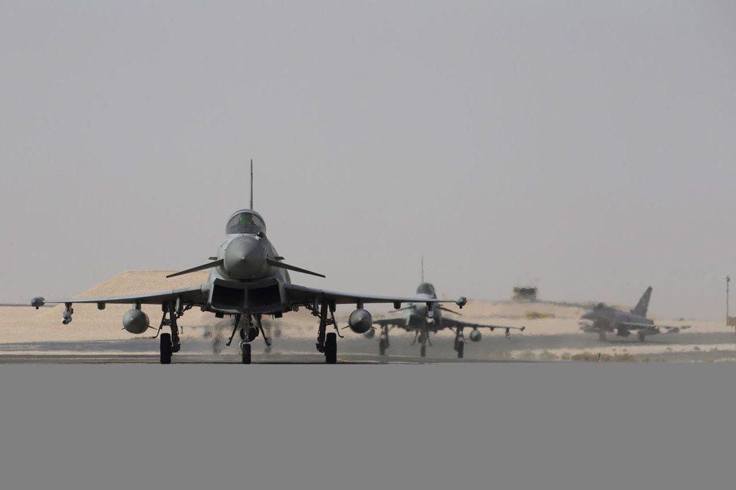 英國颱風戰機抵達卡達烏代德空軍基地。 (歐新社)