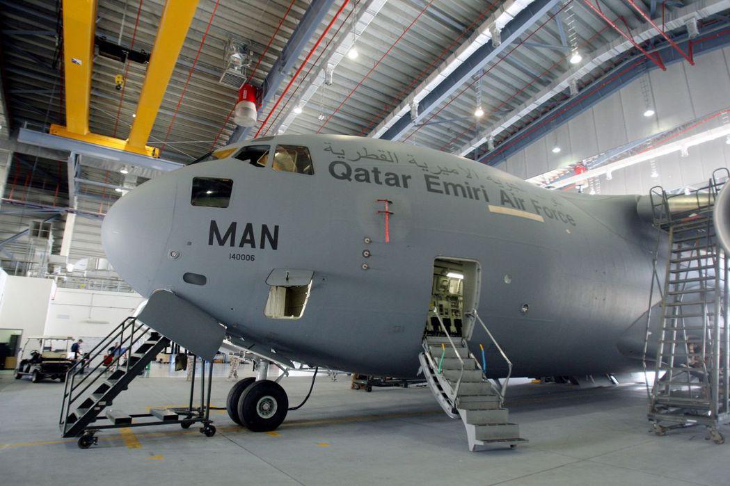 卡達烏代德空軍基地的機棚裡擺著C-17運輸機。 (路透)