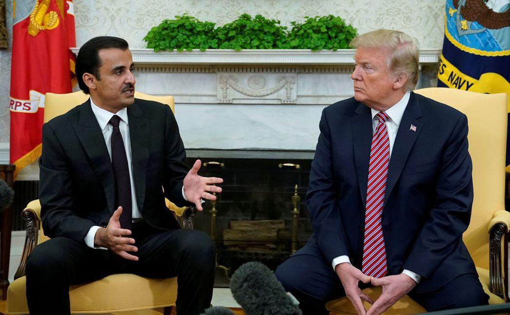 卡達積極尋求外交突破。圖為國王塔米姆(左)2018年4月訪美會見川普。 (美聯社...