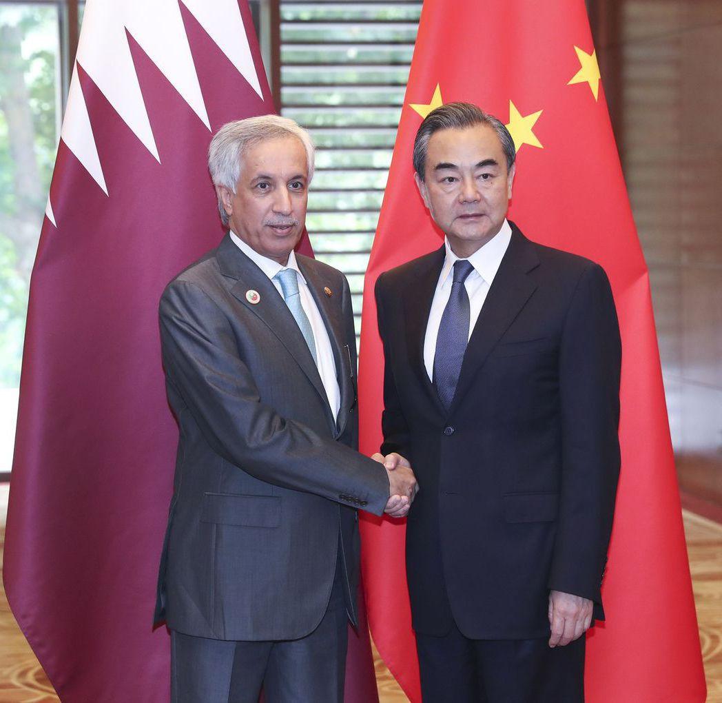 2018年7月9日,卡達外長穆萊基(左)與中共外長王毅會談。 (新華社)