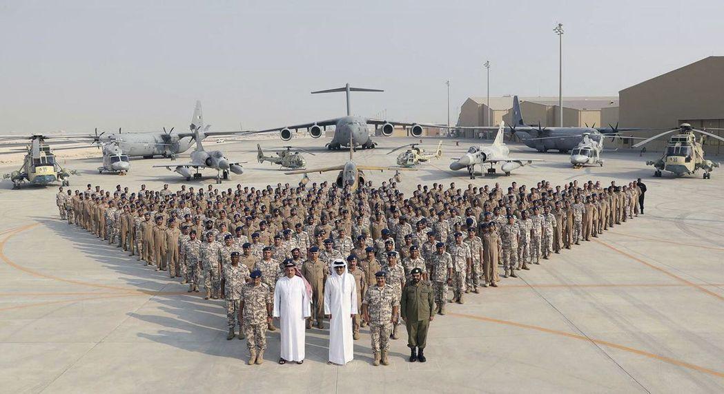2017年9月11日,卡達國王塔米姆(前排中)親臨有8000名美軍駐守的烏代德空...