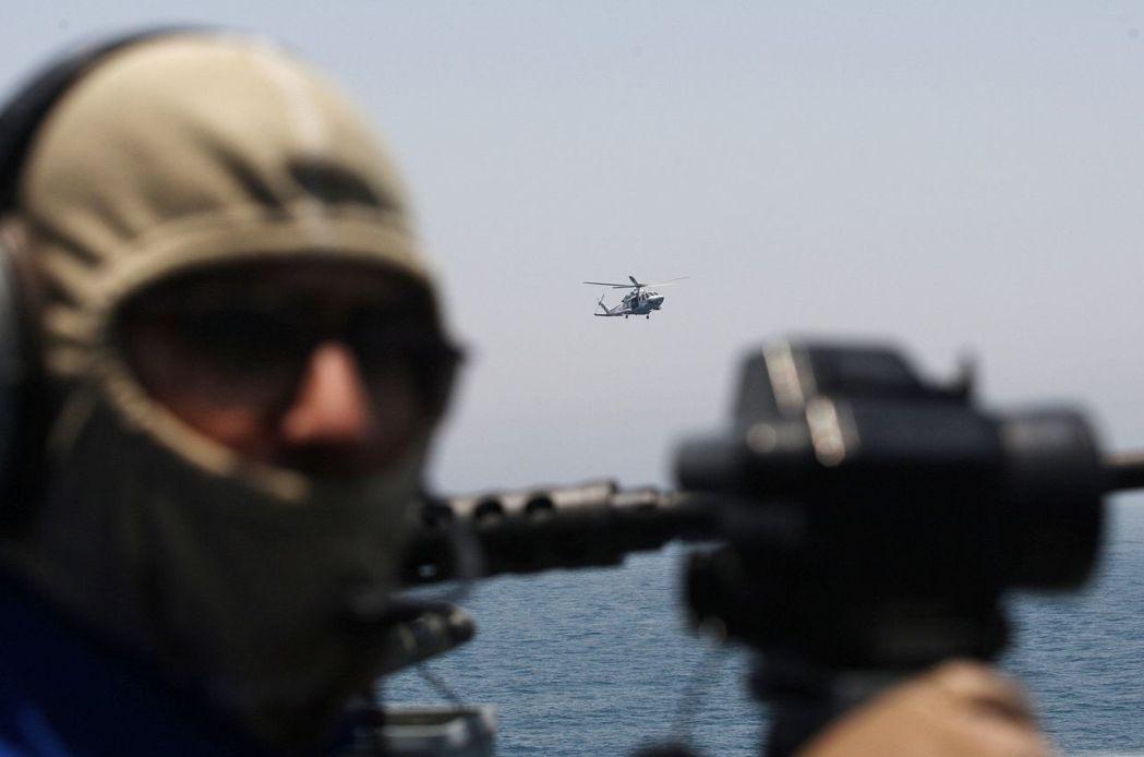 卡達加強與美國的軍事合作,圖為卡達海軍參與美軍的海上軍演。 (路透)