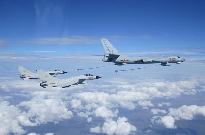 圖為中共空軍殲擊機在進行空中加油演訓。 新華社