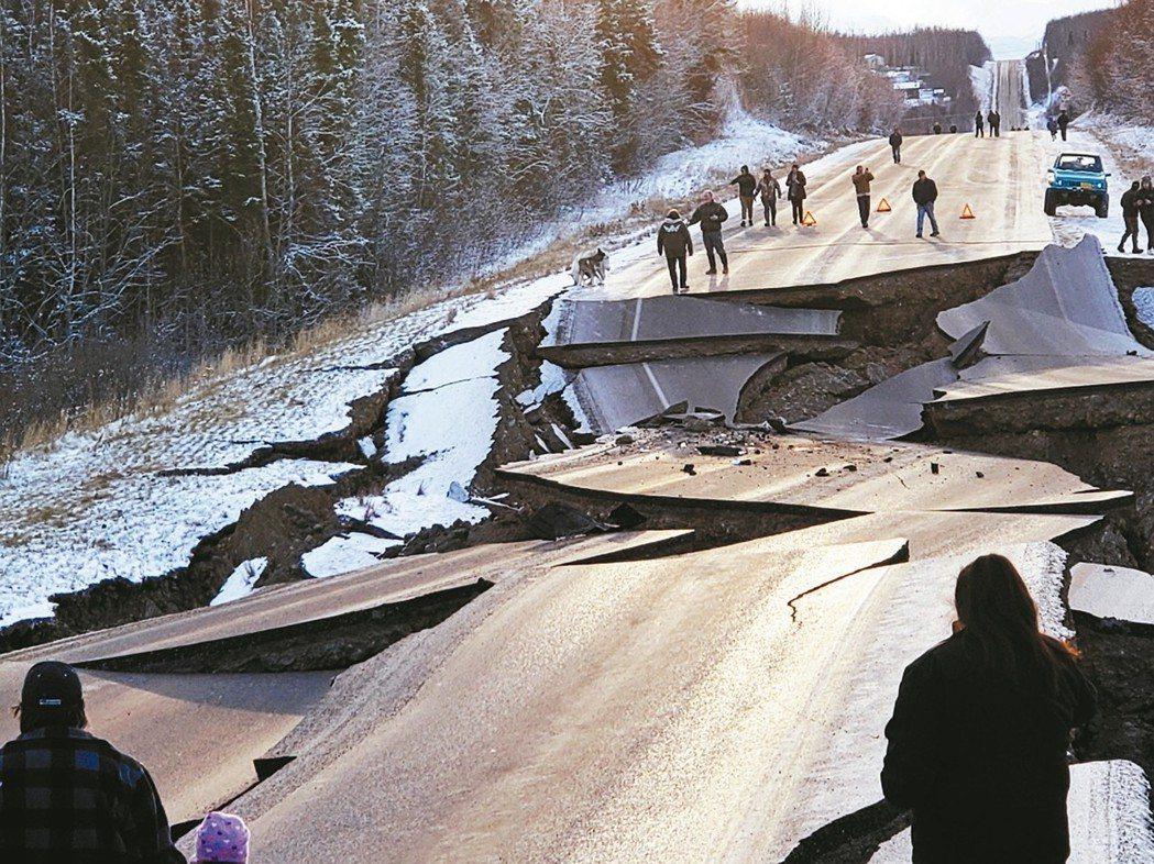 美國阿拉斯加州30日發生規模7.0強震,安克拉治附近道路斷裂,民眾紛紛逃到戶外避...