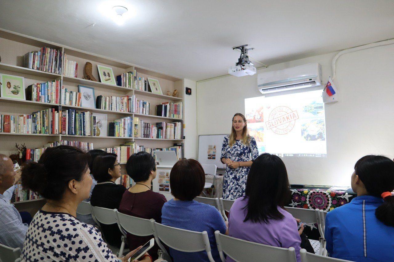 來自斯洛伐克的米怡欣(立者)到花蓮學習中文,1日在花蓮市藝文空間「蘭印藝廊」,向...