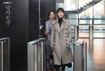 韓星宋慧喬相隔2年重回小螢幕,與朴寶劍合作演出tvN電視劇「男朋友」已於28日開播,一開播就受到網友熱烈討論。此次宋慧喬為了演出強悍的女總裁,還刻意將頭髮剪短。事實上,宋慧喬在2008年也曾短髮拍攝...