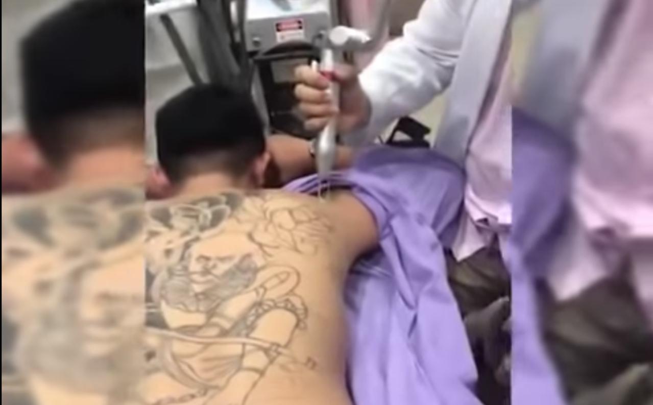 有網友的表弟在背上刺青,卻意外引來許多靈異事件。圖/取自爆料公社