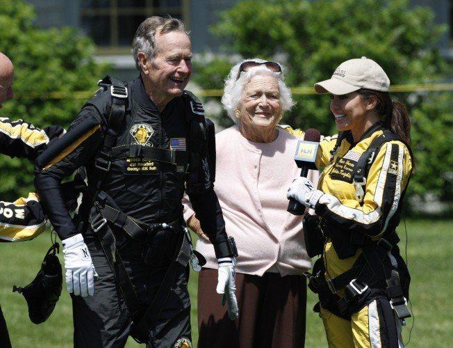 老布希總統生前熱愛跳傘運動,多次以高空跳傘慶祝生日。2009年6月12日慶祝85...