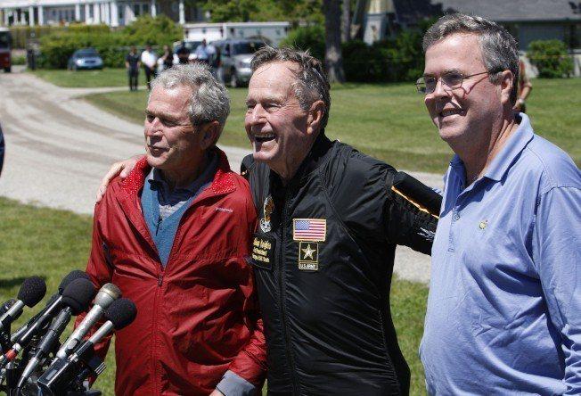 老布希總統(中)生前熱愛跳傘運動,多次以高空跳傘慶祝生日。2009年6月12日慶...
