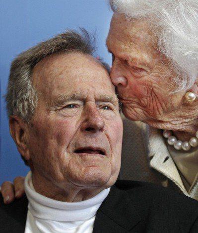2012,老布希和妻子芭芭拉感情很好。美聯社