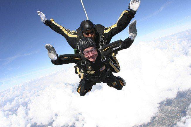 2007年,老布希跳傘。美聯社