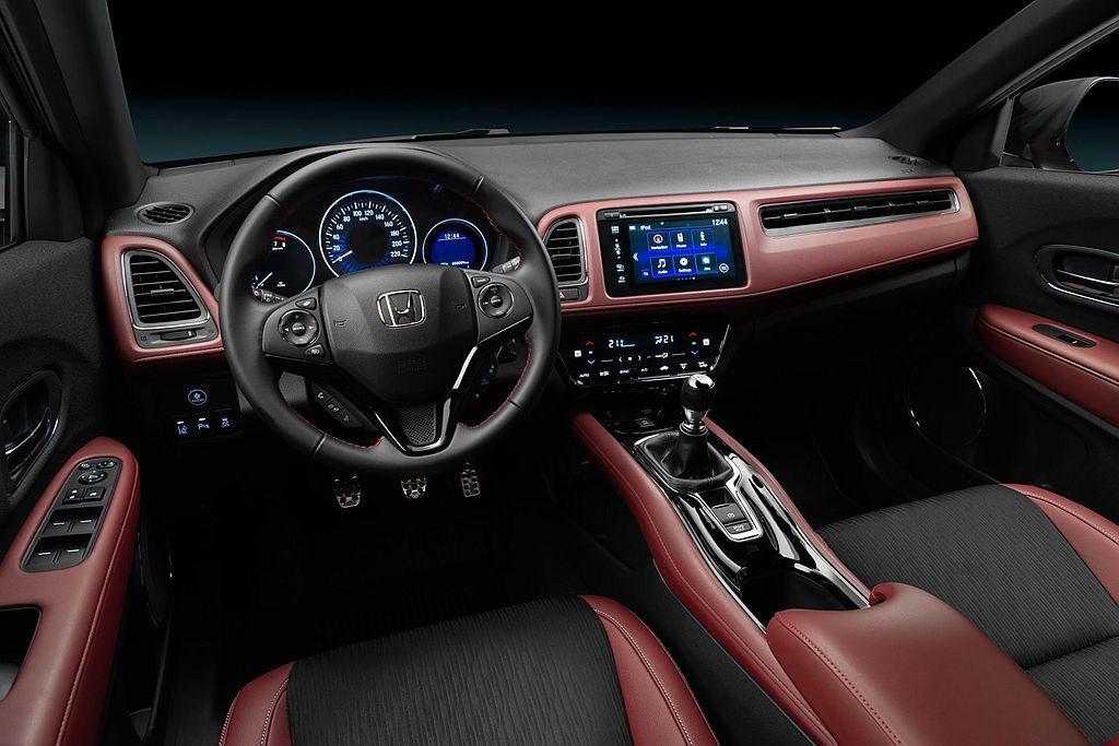 Honda HR-V Sport內裝更新前排座椅,增加駕駛與前乘客的支撐與包覆性,再以獨特的黑色/深紅以及黑色頂篷展現濃厚的運動氣息。 圖/Honda提供