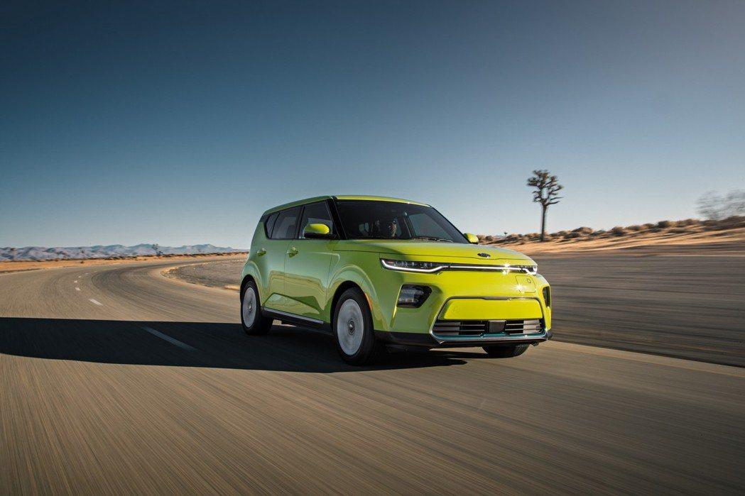 新世代Kia Soul EV搭載的64kWh鋰電池組動力,其電動馬達可輸出最大馬...