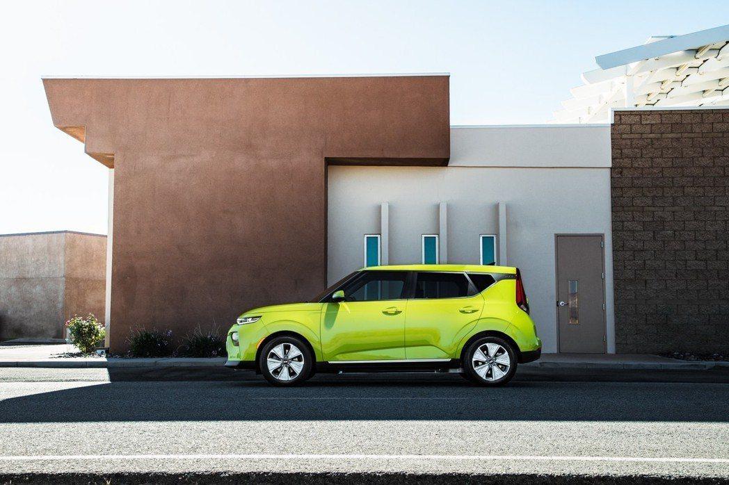 新世代Kia Soul EV搭配17吋五幅式鋁圈。 摘自Kia
