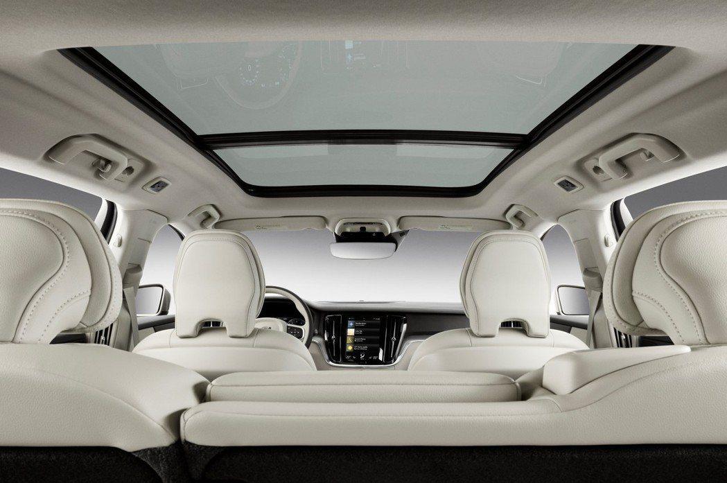 新世代美規Volvo V60全車系標配全景天窗。 摘自Volvo
