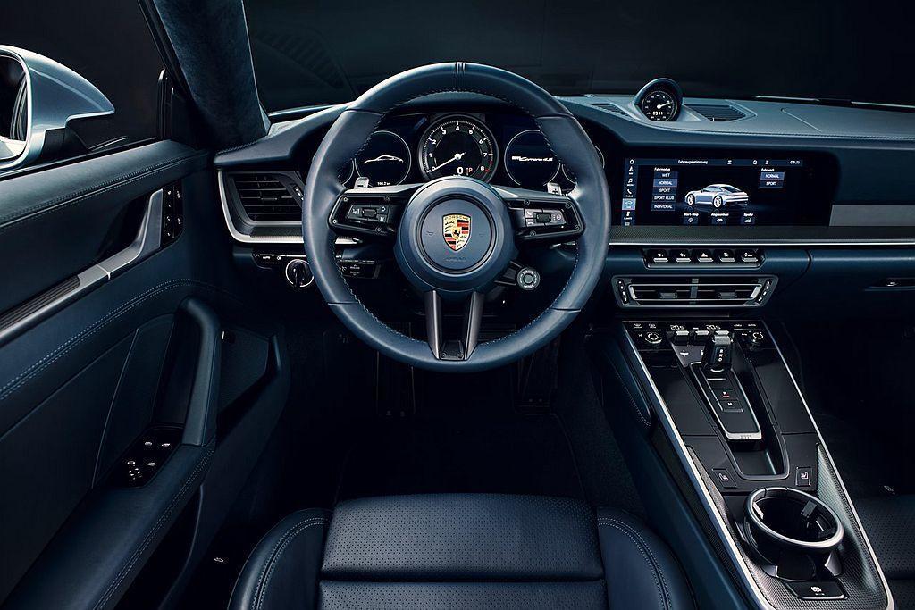 全新第八代保時捷911內裝科技大躍進,控台中央導入更大的10.9吋觸控螢幕。 圖/Porsche提供