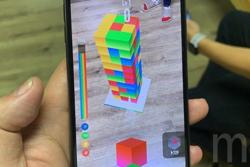 《AR Blast》是一款透過擴增實境形式消除堆疊方塊的遊戲,一開始只能單人遊玩...