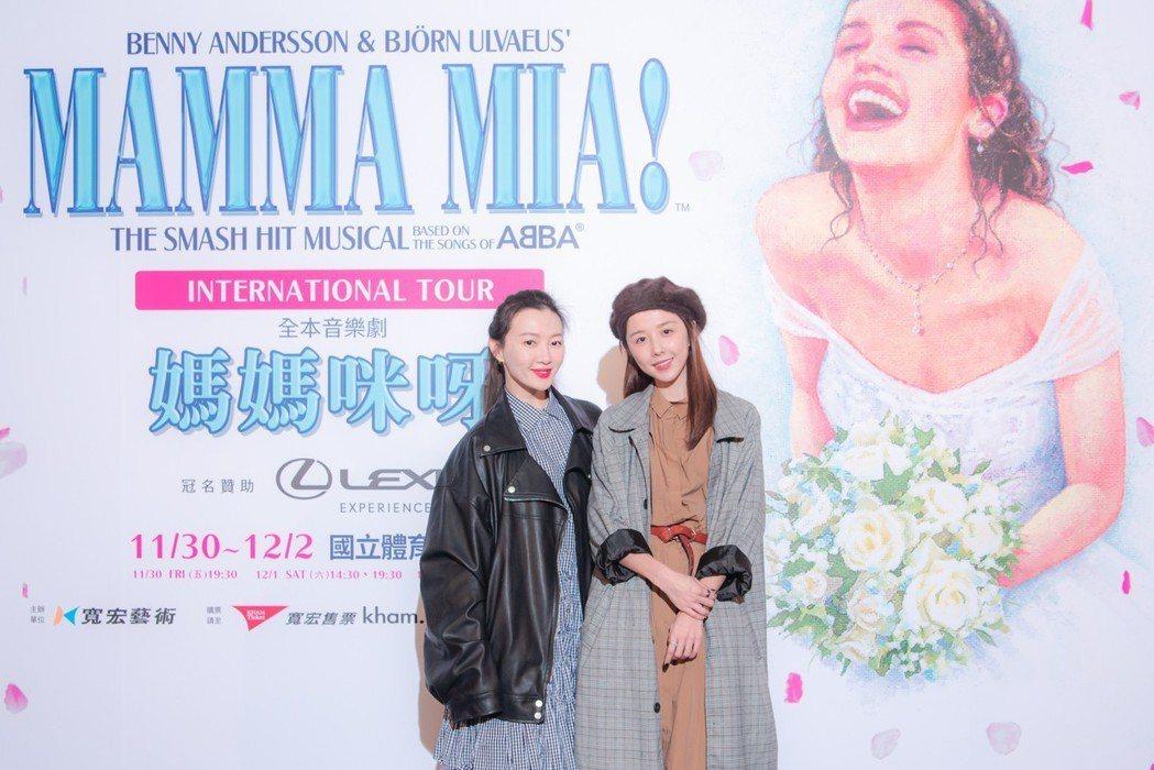 邵雨薇(右)、李杏觀賞「媽媽咪呀!」。圖/寬宏藝術提供