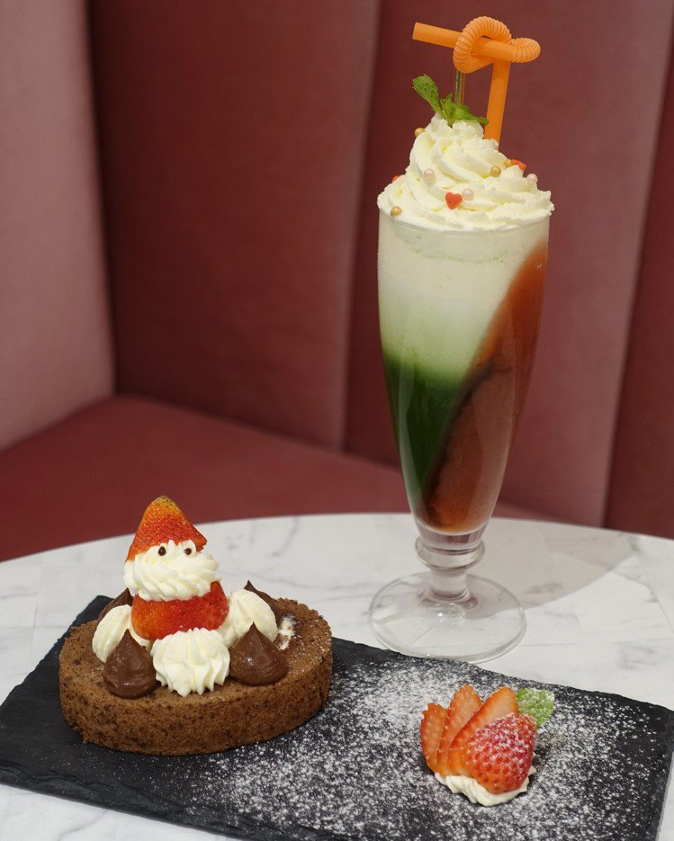 巧克力蛋糕卷與冬季限定飲料,都有濃濃的耶誕氛圍。圖/記者張芳瑜攝影