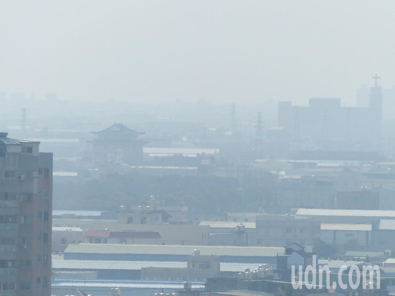 大氣穩定的副作用是中南部清晨易有局部霧,並且不利本島汙染物擴散,西半部空氣品質今...