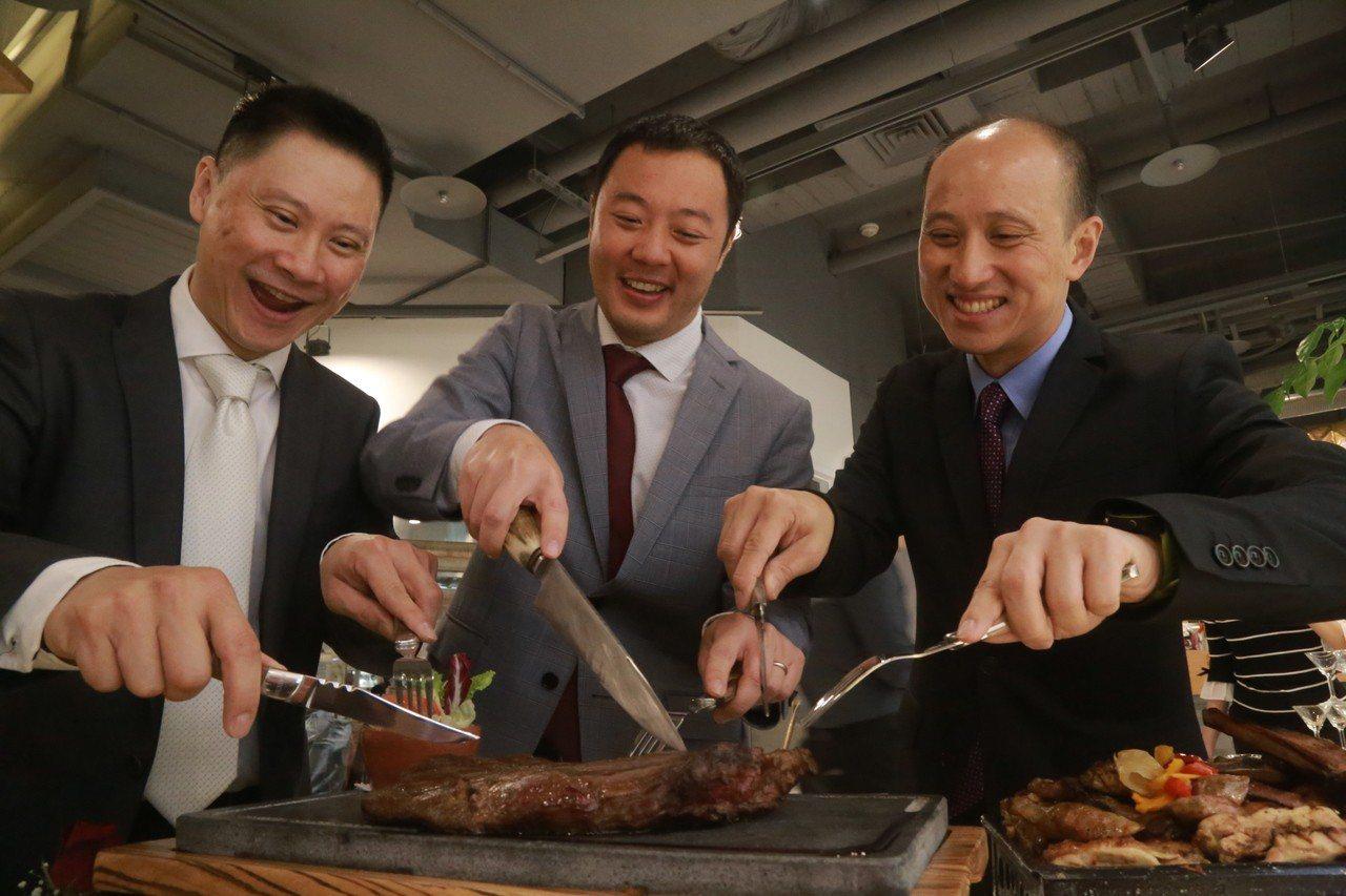 科技人譚慶瑞、譚慶祥、徐宗望(左至右)開拓美食版圖,打造阿根廷碳烤餐廳。記者郭宣...