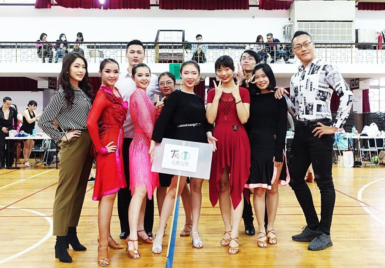 大葉大學PASO國標社參加「第24屆淡江盃全國大專國際標準舞公開賽」,勇奪18個...