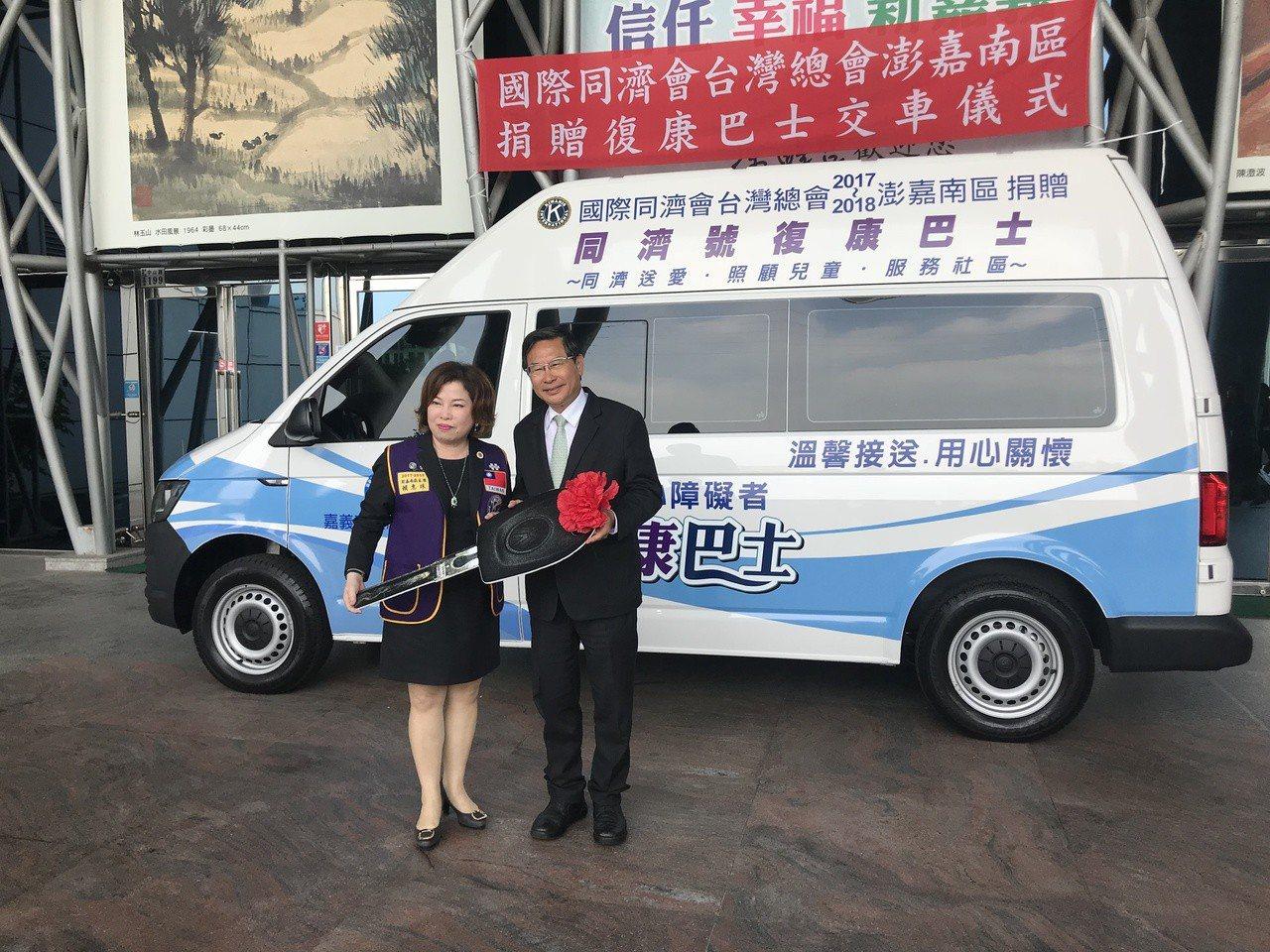 同濟會關懷資深會員委員會主席賴惠珠(左)今年初號召會員們募款捐贈復康巴士,昨天轉...