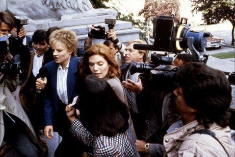 演員在揣摩角色的過程中,很常用自己過往類似的經驗來幫助入戲,有時甚至必須撕開已經癒合的舊傷口。1980年代後期曾經引起爭議的話題電影「控訴」,描述一名女子在酒吧中表現出風騷、浪蕩的行徑,意外讓一旁的...
