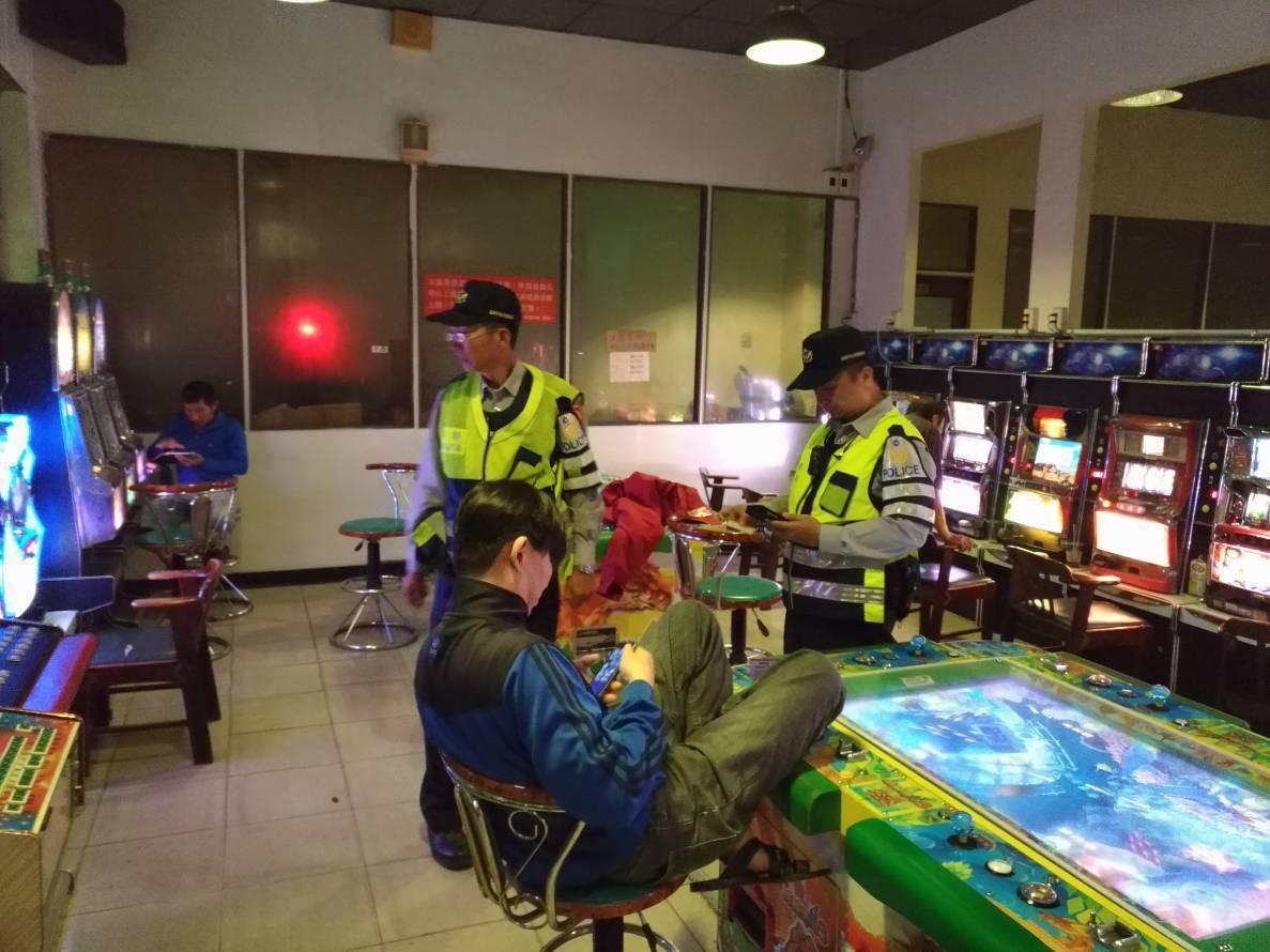 台南善化分局員警盤查可疑對象。圖/員警提供