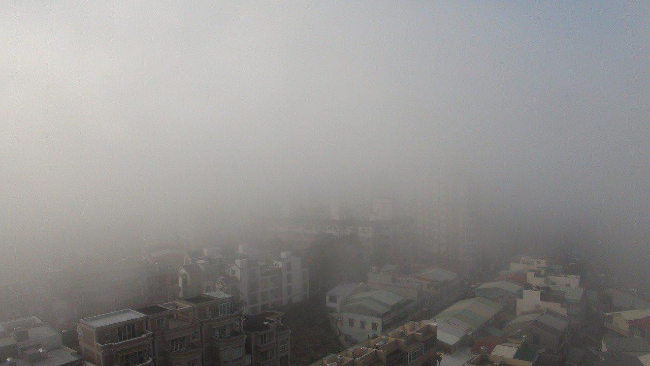 嘉義市區景觀今早被大片霧霾籠罩。記者謝恩得/攝影攏