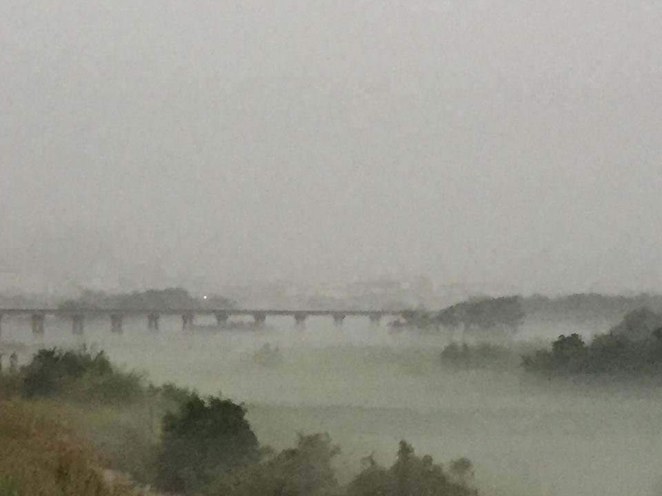 霧霾中的「天空之橋」。圖/吳捷裕提供