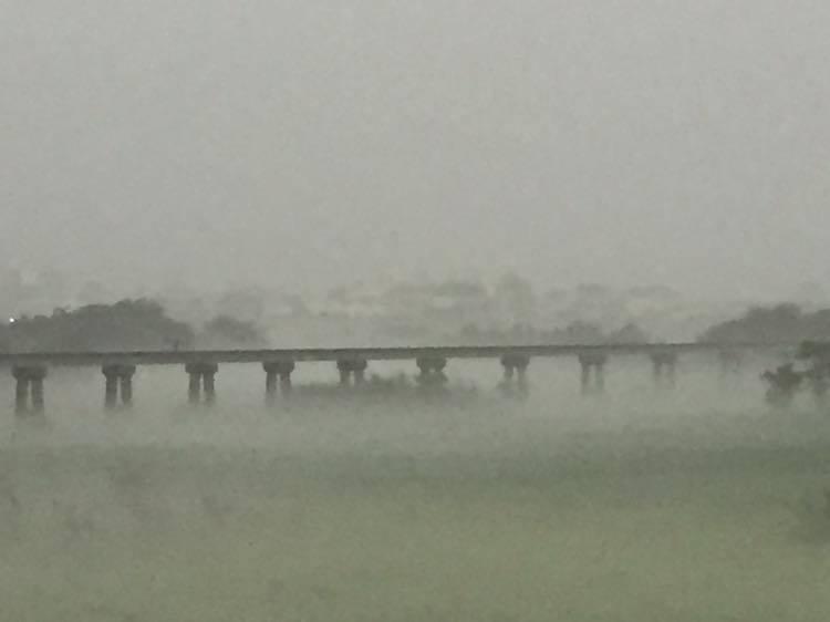 連接北港和新港之間的台糖復興鐵橋,在霧霾中朦朧現身。圖/吳捷裕提供