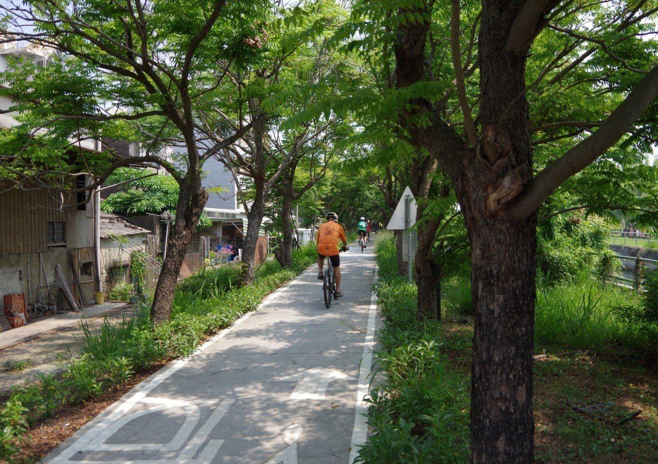 台南水利局打造水岸輕騎,完成山水圳及雙博兩條自行車道,沿著嘉南大圳綠意盎然,相當...