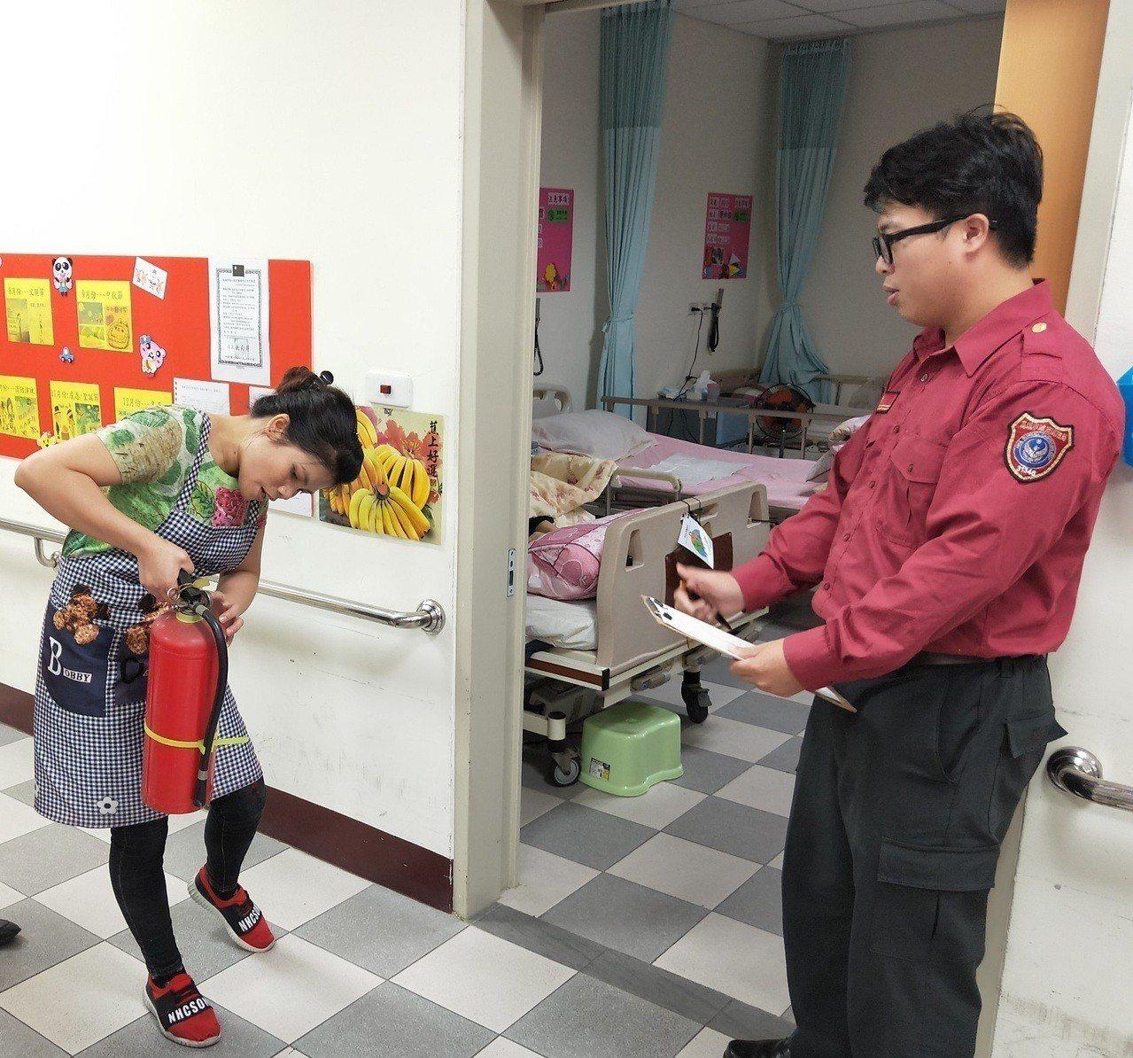 高市消防局第三大隊昨隨機突擊檢查林園區一間長期照護中心,針對外籍照護員及防火管理...