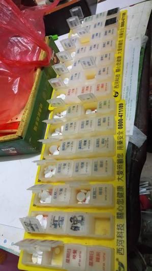 鄉村許多阿公阿嬤每天吃好幾種藥,常搞不清楚,華山站長許譽騰幫他們把藥分好。圖/許...