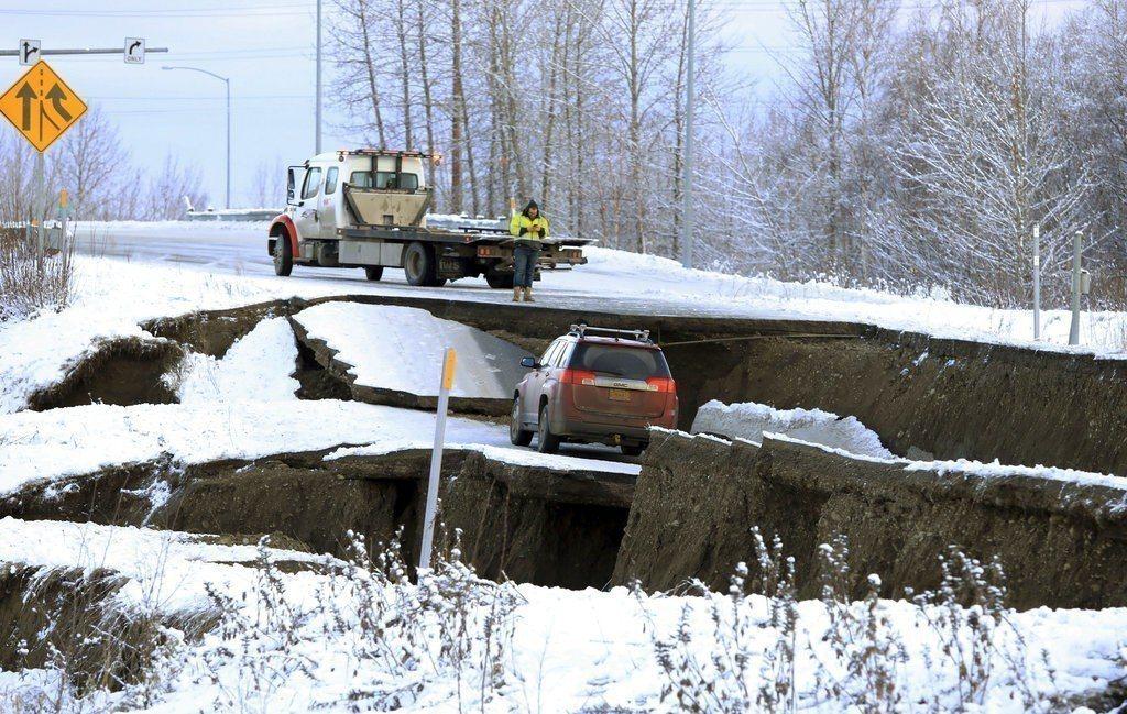 安克拉治警政部門表示,強震對該市基礎設施造成重大破壞,許多道路和橋梁關閉,民眾若...