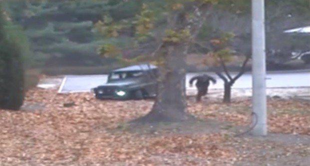 韓聯社1日報導,一名北韓士兵叛逃到南韓。圖為北韓士兵吳青成2017年11月向南韓...