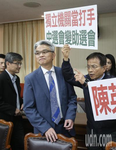 中選會主委陳英鈐(左)。本報資料照/記者余承翰攝影