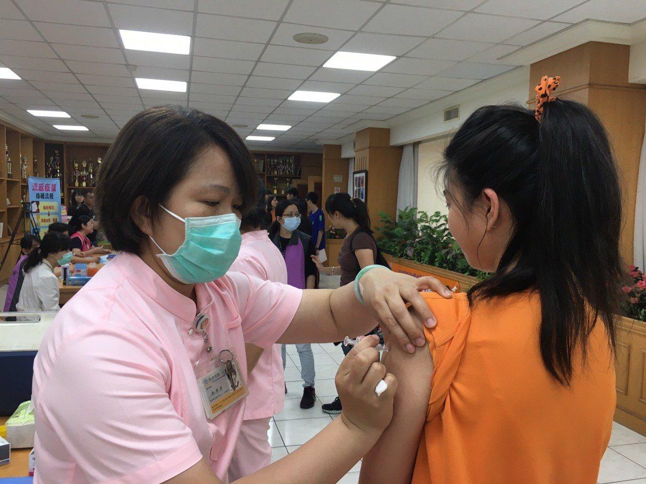 高雄市衛生局12月3日恢復國中公費流感疫苗集中接種作業。圖/高雄市衛生局提供