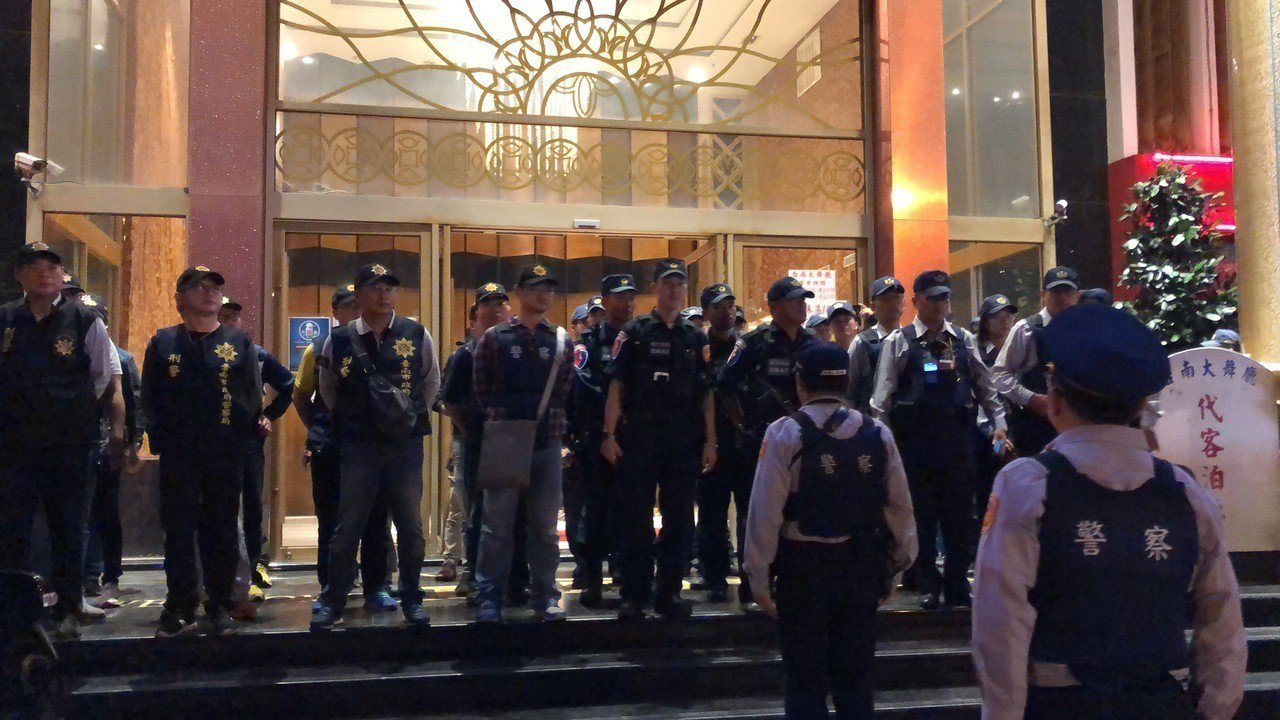 台南四分局以臨檢、路檢方式,同步實施封鎖式擴大臨檢勤務。記者邵心杰/攝影