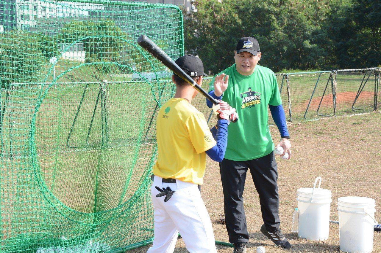 2018陳偉殷棒球訓練營今天開訓,球評潘忠韋教導學員。記者蘇志畬/攝影