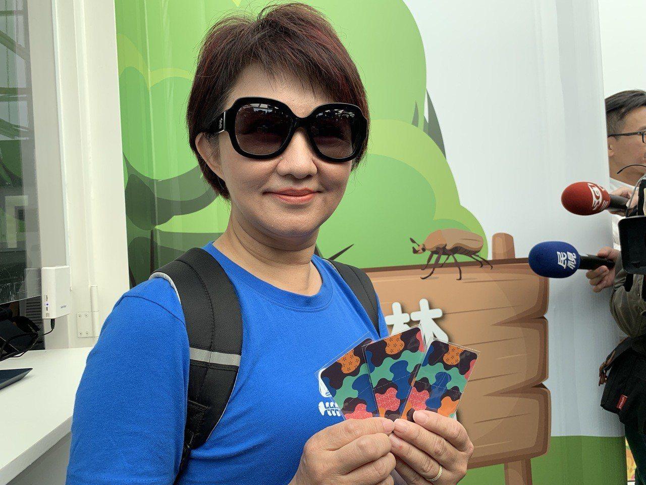 台中市長當選人盧秀燕今天看花博,她從豐原搭區間車到后里,親自買票,排隊入園。聯合...