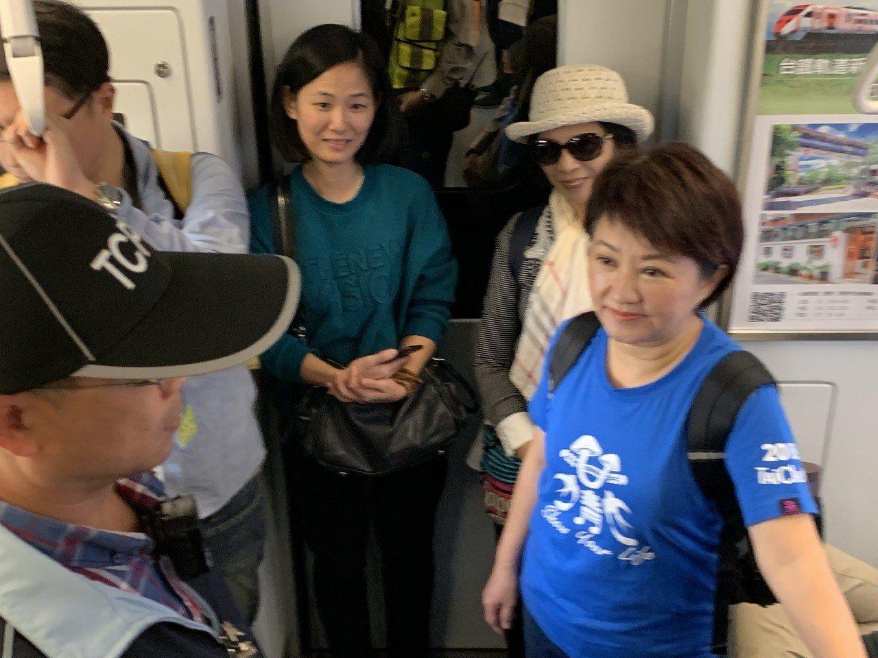 台中市長當選人盧秀燕今天看花博,她從豐原搭區間車到后里,市民相當驚喜。記者喻文玟...