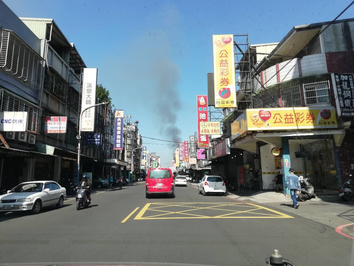 現場可明顯見鴿舍冒出滾滾濃煙,警消已入內進行最後滅火和勘查。記者巫鴻瑋/翻攝