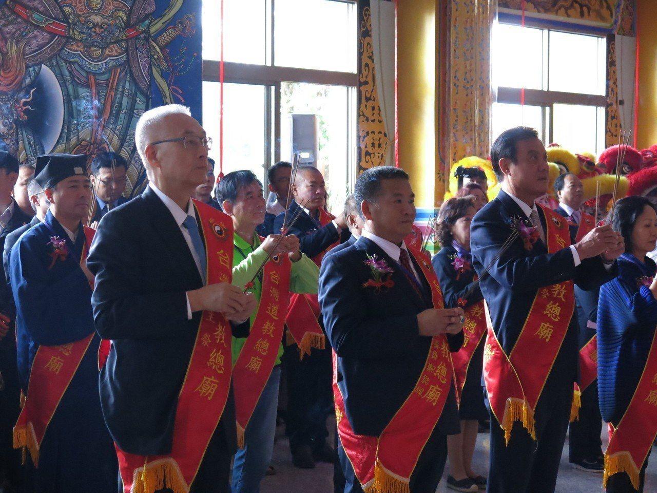 立法院蘇嘉全(右)上午與國民黨主席吳敦義,共同出席宗教祭典。記者黑中亮/攝影