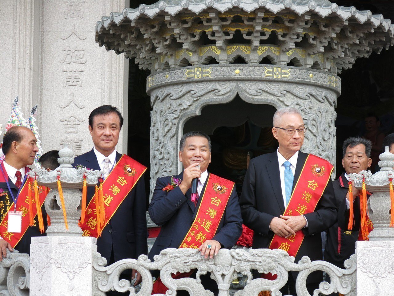 被視為未來民進黨新任黨主席人選的立法院蘇嘉全(左),上午與國民黨主席吳敦義選後首...
