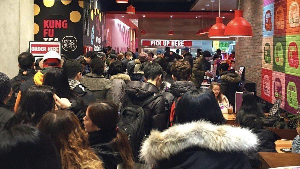 紐約曼哈頓街頭近日出現大排長龍的景象,就為這許多五、六年級生從小吃到大的「頂呱呱...