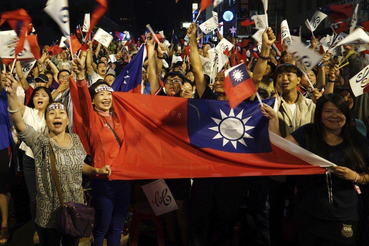 台灣執政黨民進黨在11月24日的地方選舉中大敗,反對黨國民黨的支持者慶祝勝利。美...