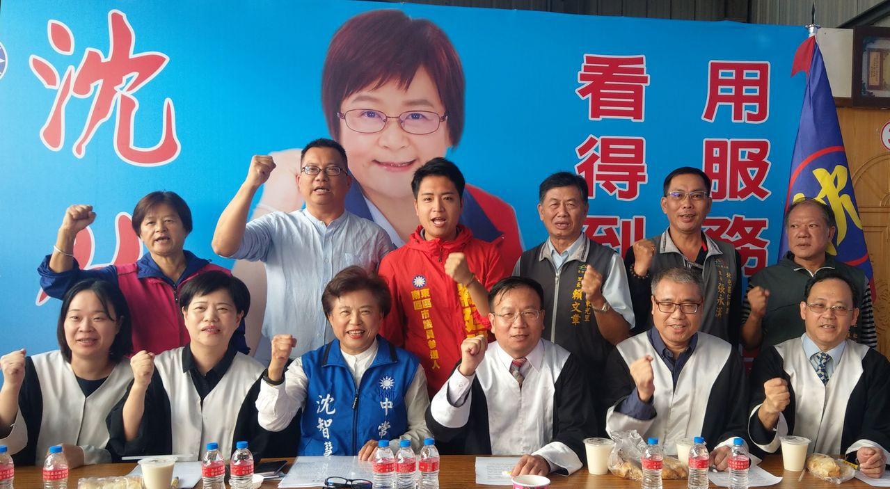 國民黨中常委沈智慧(前排左三)今天宣布,她全力爭取國民黨徵召提名,參與立委補選。...