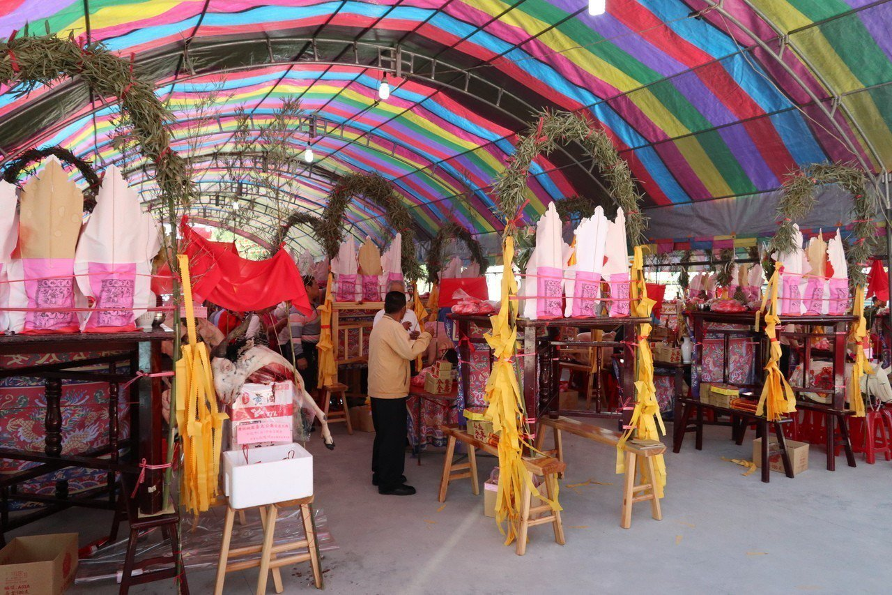 2018年桃園姜太公廟安座大典活動,現場擺出30逾隻神豬舉行祈福儀式。記者許政榆...